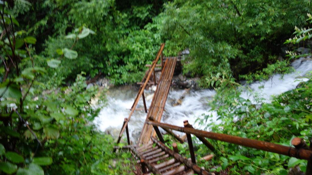 北アルプス での丸太橋